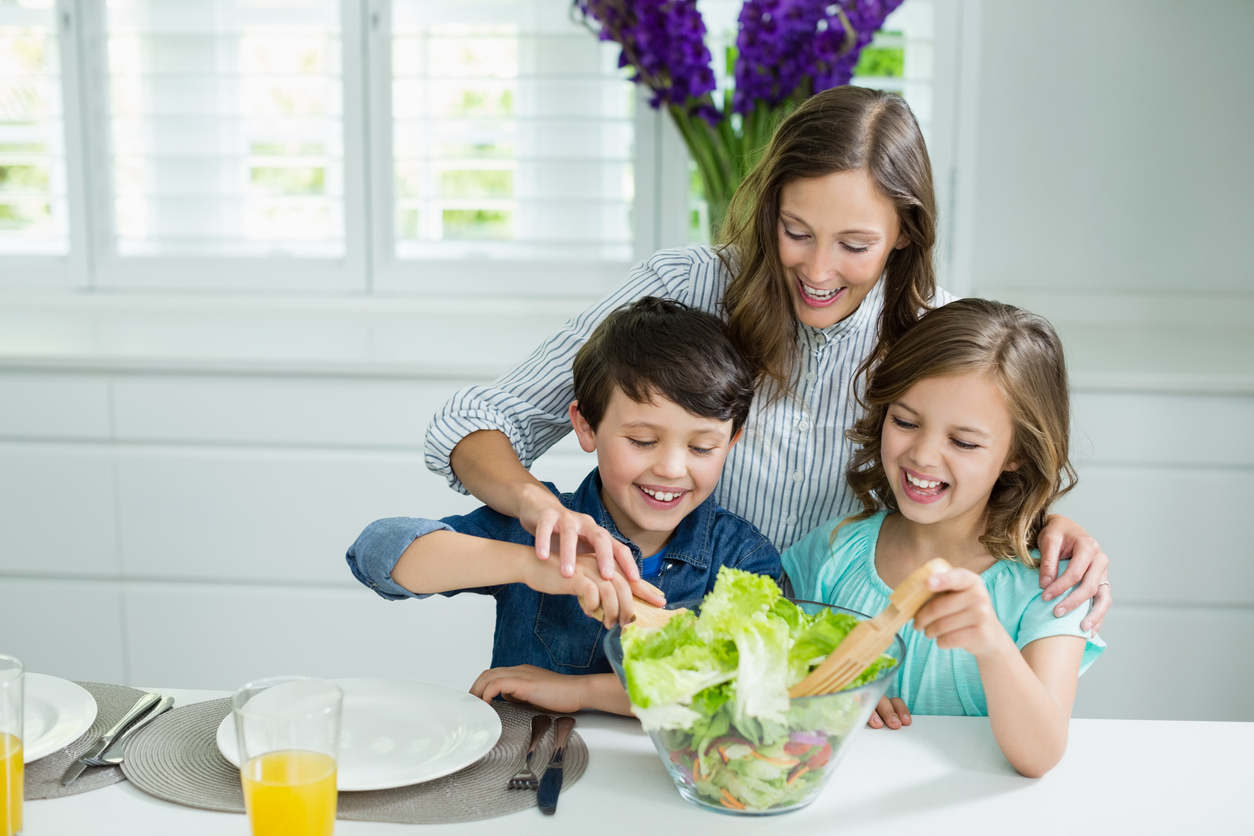 Conseguir fazer o filho comer bem é um grande desafio. Saiba como deixar a hora da refeição mais dinâmica e levar alimentos mais saudáveis à mesa.