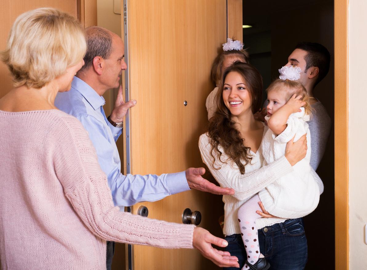 Para visitar o bebê pela primeira vez é preciso muito cuidado para não ser invasivo. Veja dicas para não cometer gafes e desagradar os pais da criança.