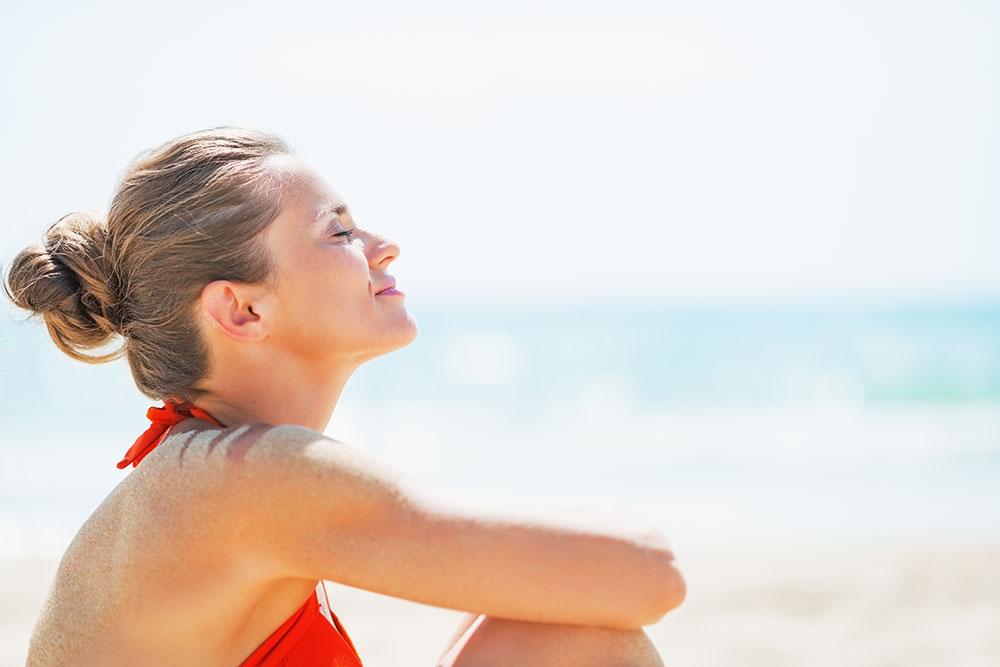 Tomar sol em excesso é prejudicial para a pele. O verão é ótimo para aproveitar o calor e ir para a praia, mas o cuidado com a saúde da pele é fundamental.