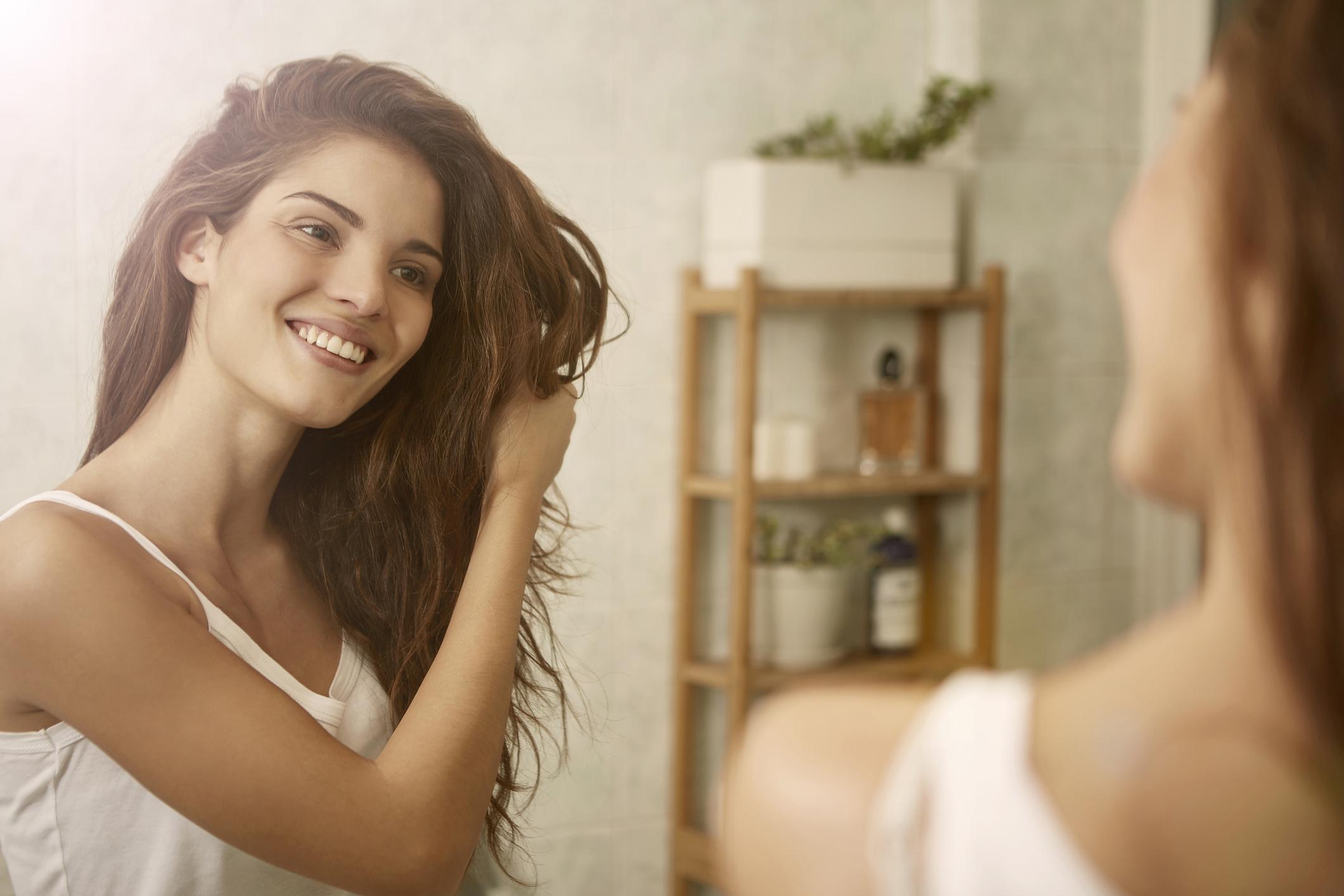 Cuidar da saúde dos cabelos é muito importante para ter uma aparência bonita. Veja dicas para ter cabelos mais saudáveis.