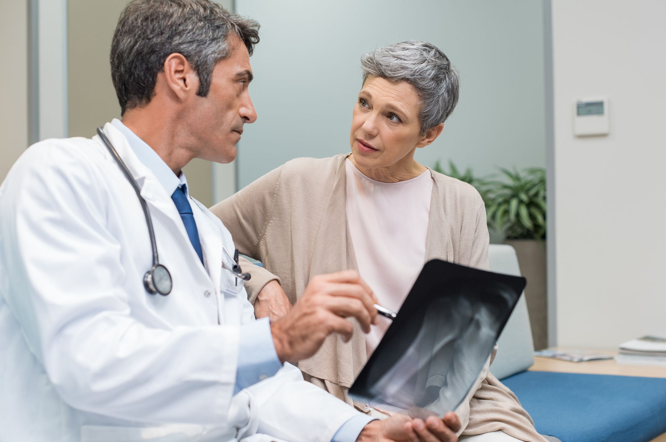 A osteoporose é uma doença que acomete principalmente as mulheres, quando chegam a uma certa idade. Veja dicas para se prevenir contra a osteoporose.