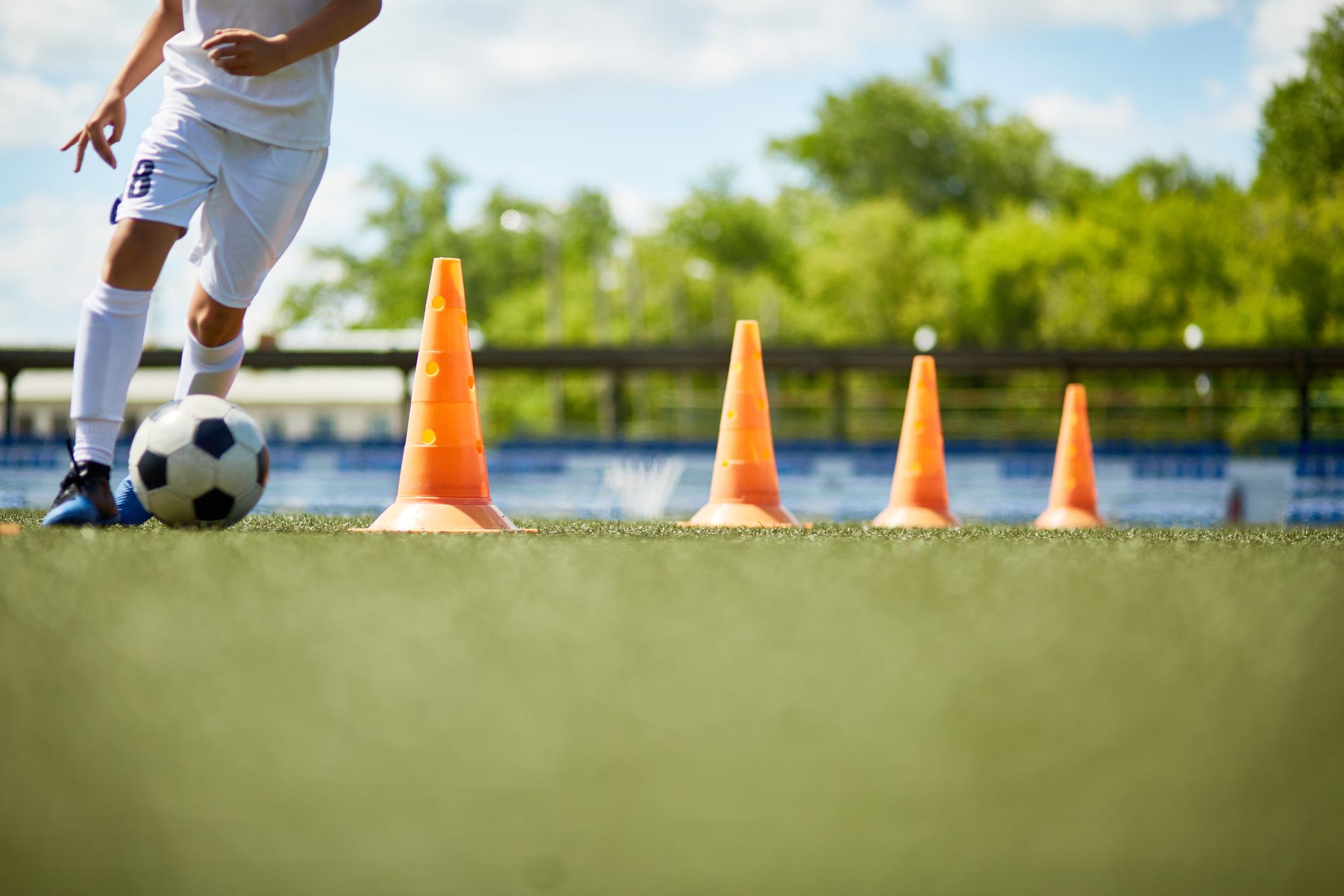 Jogar futebol com os amigos é uma atividade que muitas pessoas não deixam para depois. Veja os benefícios de praticar essa atividade física!
