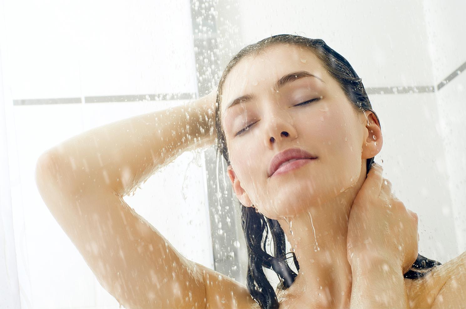 Lavar o cabelo é um hábito comum que praticamos em casa, mas será que existe uma frequência certa para realizar a higiene do couro cabeludo e dos fios?