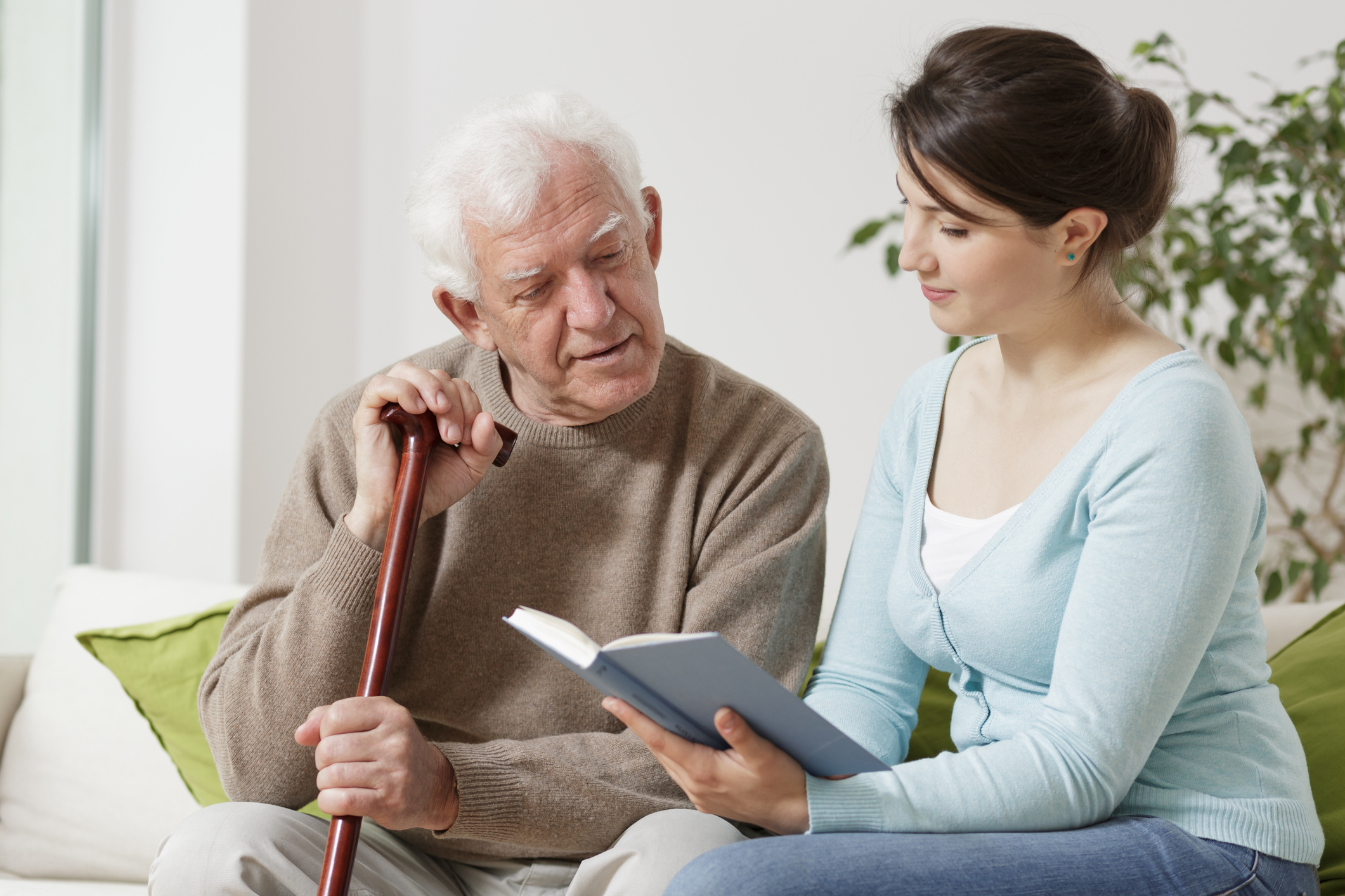 Alzheimer (DA) é uma doença degenerativa do sistema nervoso que acarreta alterações progressivas da memória, do comportamento e da funcionalidade.