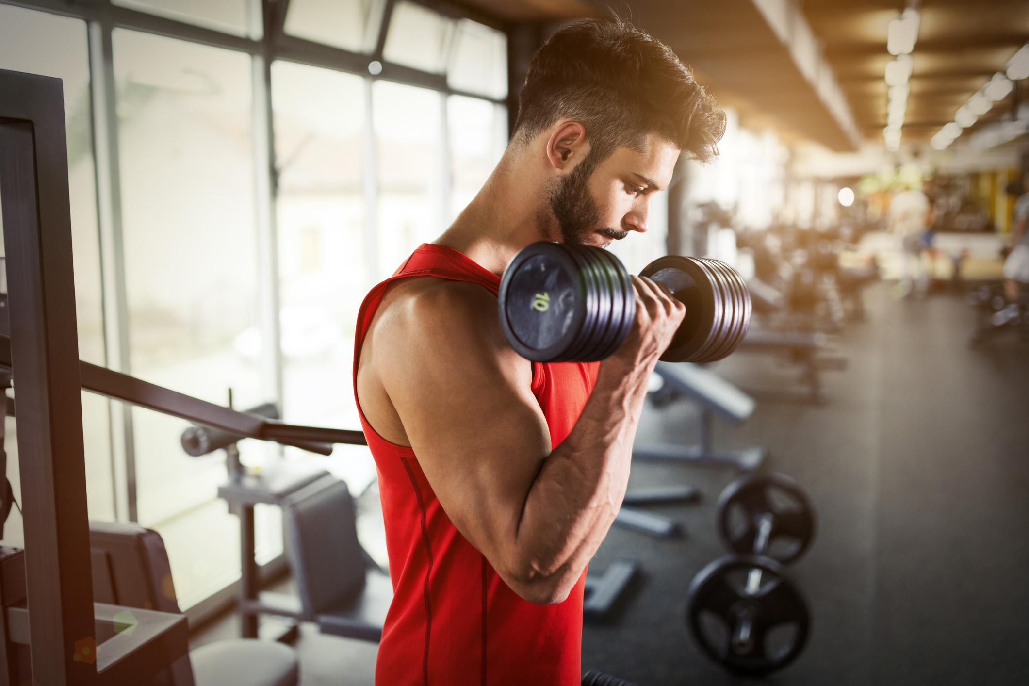 A musculação promove o aumento de força e massa muscular, contribui muito para reduzir diversos fatores de risco para a saúde cardiovascular.
