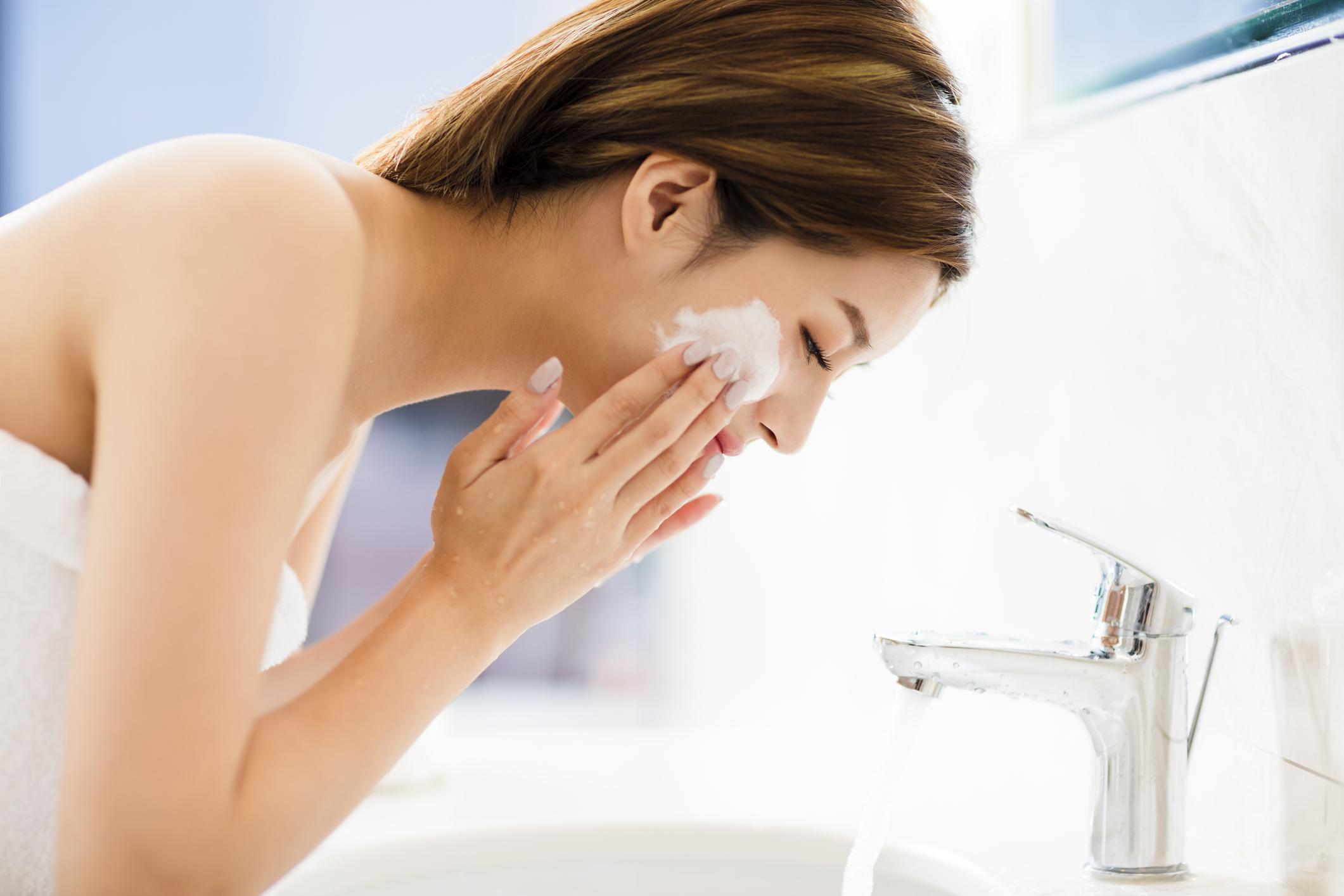 Na hora de escolher o produto é preciso entender qual é o seu tipo de pele e ficar atento a alguns pontos importantes. A higienização é o ponto de partida.