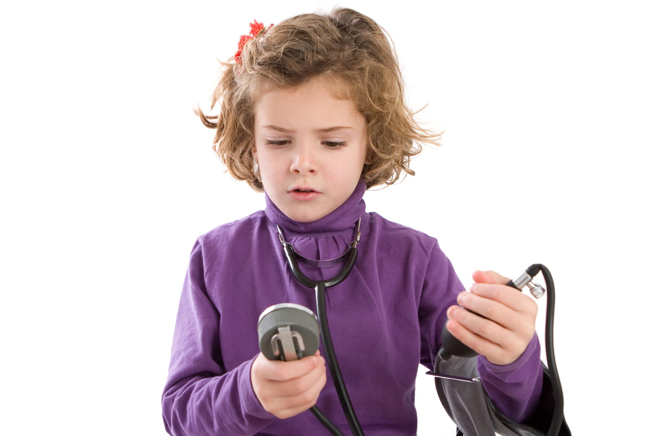 """Chamada de """"mal silencioso"""", a pressão alta – antes exclusividade entre adultos – pode fazer parte da rotina das crianças. Observada cada vez mais precocemente, sua incidência varia de 2% a 13% entre crianças e adolescentes. A explicação, na maior parte das vezes, está no estilo de vida contemporâneo que reúne maus hábitos alimentares e sedentarismo. Isso acaba resultando em obesidade e problemas associados, entre eles, a hipertensão arterial. A cardiologista infantil, Tatiana Jardim, explica que """"nos últimos anos, a pressão alta chama a atenção entre as crianças, principalmente em idade escolar. Isso se deve por conta do estilo de vida inadequado, com muita gordura e sal na alimentação e pouca ou nenhuma atividade física"""". O monitoramento da pressão arterial colabora para a detecção precoce de doenças relacionadas à hipertensão. A agenda atribulada também é apontada pelos especialistas como um dos motivos do aumento do distúrbio. """"Já percebemos casos de pressão alta por fatores psicológicos como ansiedade e estresse. Algo bastante comum entre crianças com atividades extracurriculares em demasia e jovens que vão prestar vestibular"""", avalia a cardiologista. A medida correta De acordo com Tatiana, o ideal é que o pediatra comece a medir a pressão arterial nas consultas de rotina, a partir dos 3 anos de idade. Mas o diagnóstico requer cautela. Assim como os adultos, as crianças podem apresentar casos de pressão alta transitória. Por isso, é recomendado comparar duas ou três medições em situações e horários diferentes. Outro especialista, Gustavo Foronda, faz um alerta: """"se a mãe percebe que esse cuidado não faz parte da rotina do pediatra, tem de lhe pedir que faça a medição. Além de monitorar a pressão arterial do pequeno, o exame colabora para a detecção de doenças relacionadas à hipertensão"""", ressalta. Um detalhe importante é o aparelho de medição: um modelo especial, diferente do utilizado nos adultos. O equipamento precisa ter ajustes adequados para os braços e o """