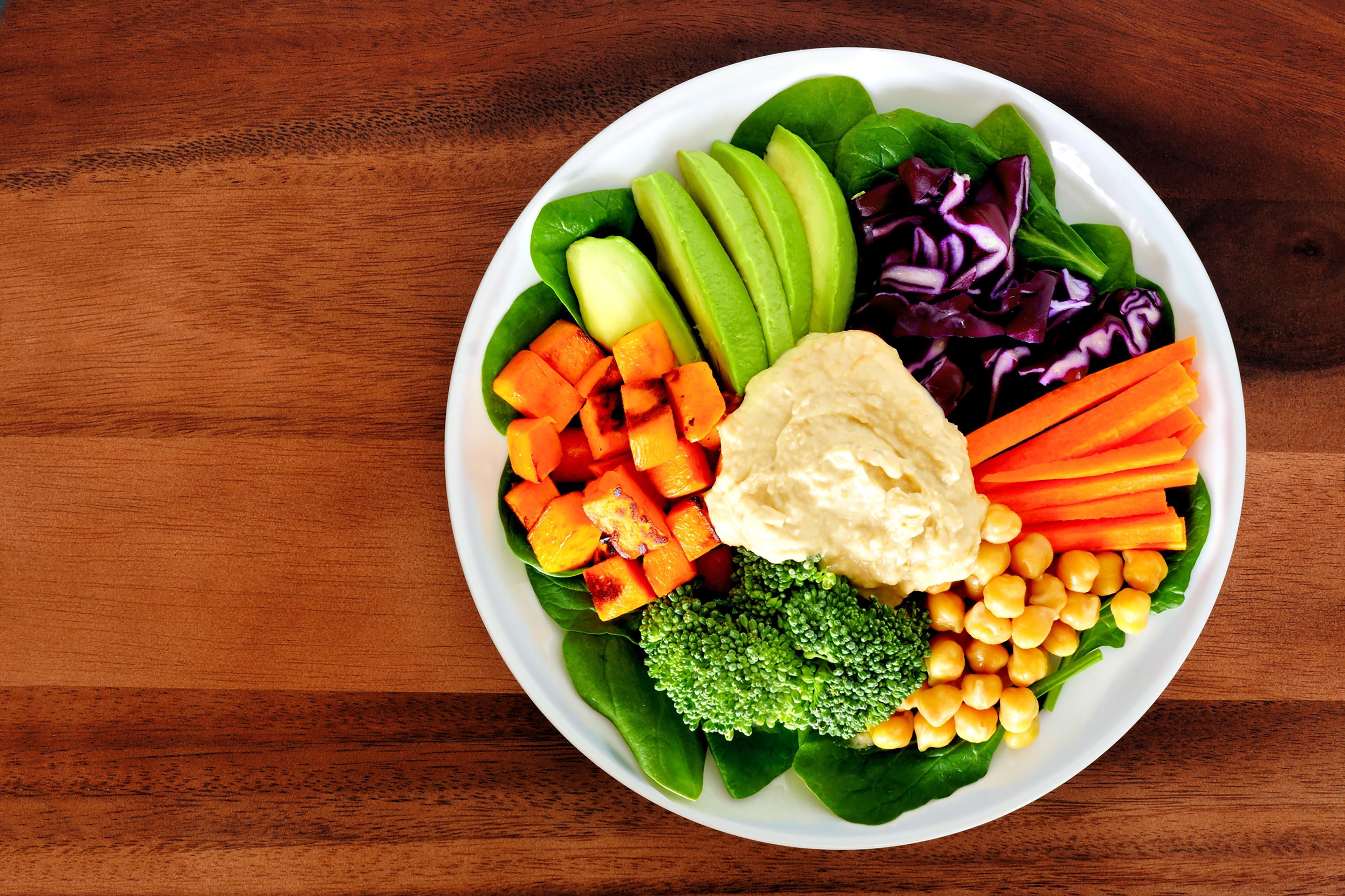 A rotina de quem passa o dia inteiro em um escritório, ou até mesmo de quem viaja, pode abalar aquela tão batalhada dieta com alimentos saudáveis.
