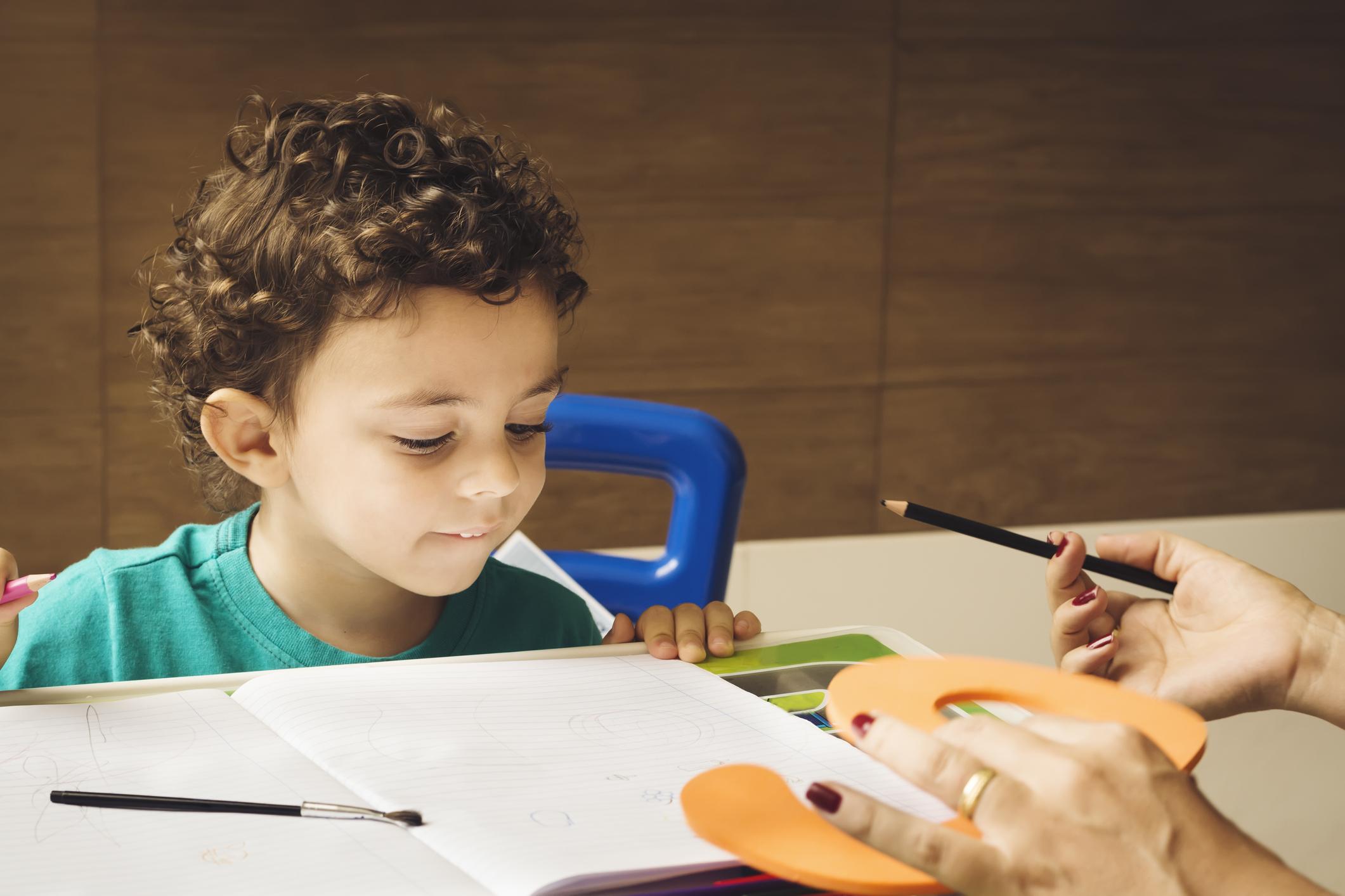 O início da vida escolar é um período delicado e que requer atenção especial dos pais principalmente no aprendizado das crianças.