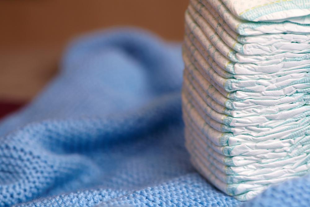 Preparar o enxoval para a espera de um bebê não é uma tarefa muito fácil. Dentre os itens indispensáveis está a fralda descartável que será utilizada por um período indeterminado, já que cada criança tem o próprio tempo para o desfralde.
