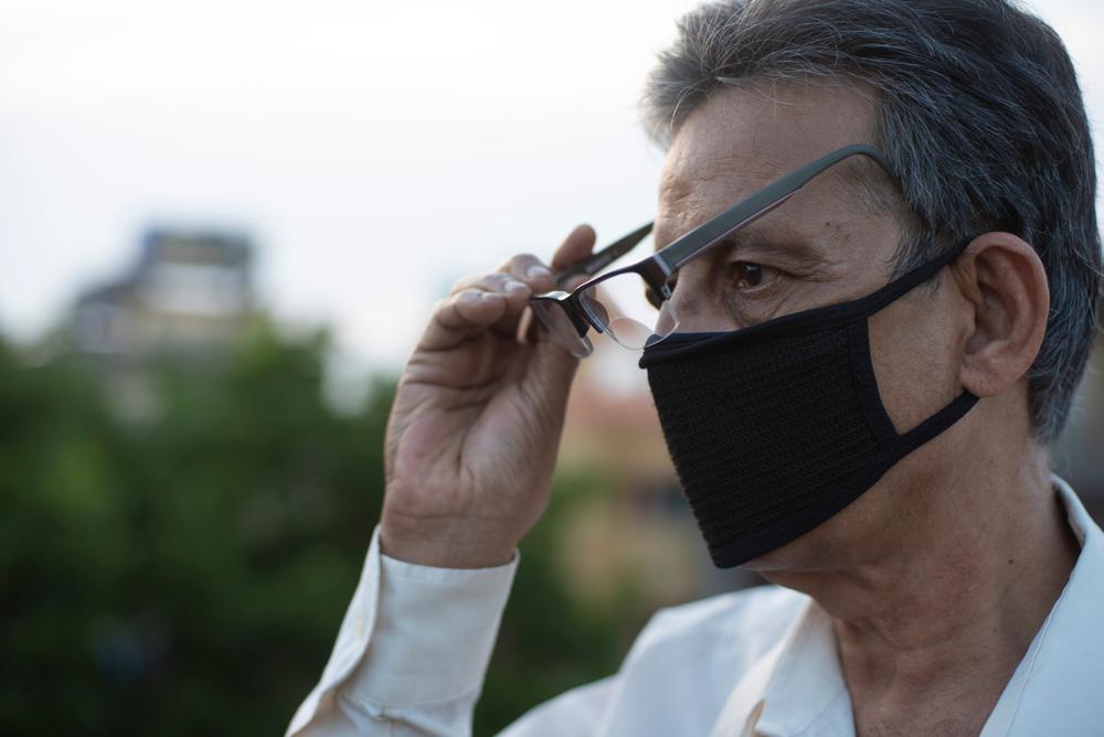 Durante a pandemia da COVID-19 as máscaras são itens essenciais como barreiras de proteção contra o vírus e evitar embaçar as lentes tem sido um desafio para os usuários de óculos de grau.