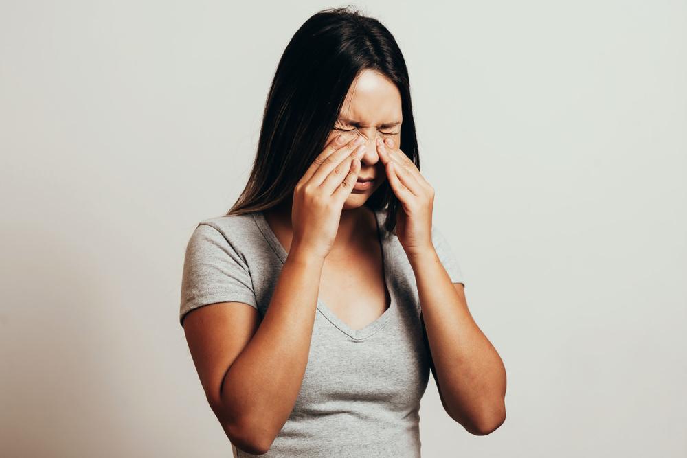 Problemas respiratórios, como a sinusite, se tornam mais comuns no outono e no inverno devido a chegada dos dias mais frios e secos.